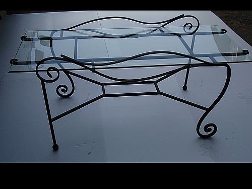 שולחן זכוכית מרהיב בפירזול מסולסל