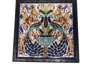 שולחן ברזל מפורזל בשילוב קרמיקה טווסים