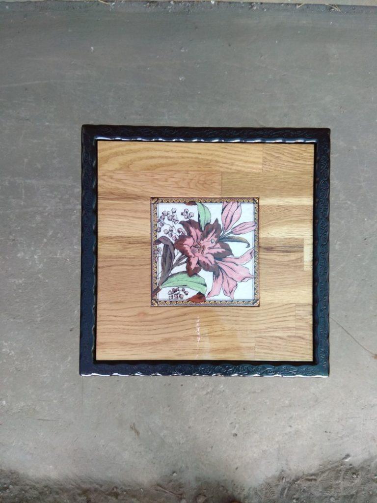שולחן ברזל ריבועי פרחים ורודים משולב בפלטת עץ