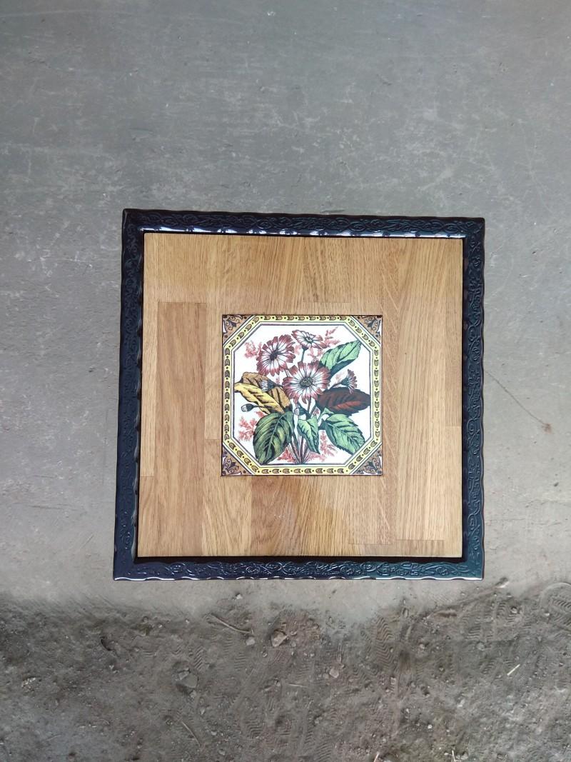 שולחן ברזל ריבועי פרחים משולבים בפלטת עץ